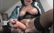 Mature whore toys her hairy cunt on webcam